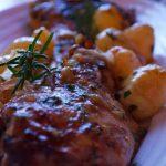 Borrego Assado c/ batata dourada, arroz e grelos de couve